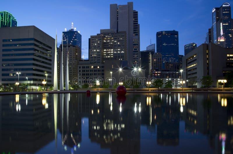 Dallas bij nacht stock afbeelding