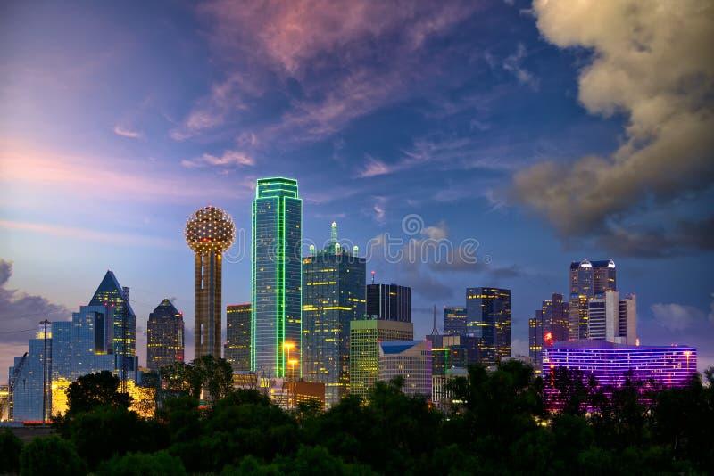 Dallas bij schemer stock foto's