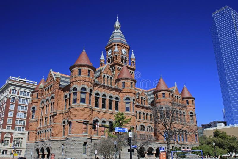 Dallas céntrica con el museo rojo viejo del tribunal foto de archivo