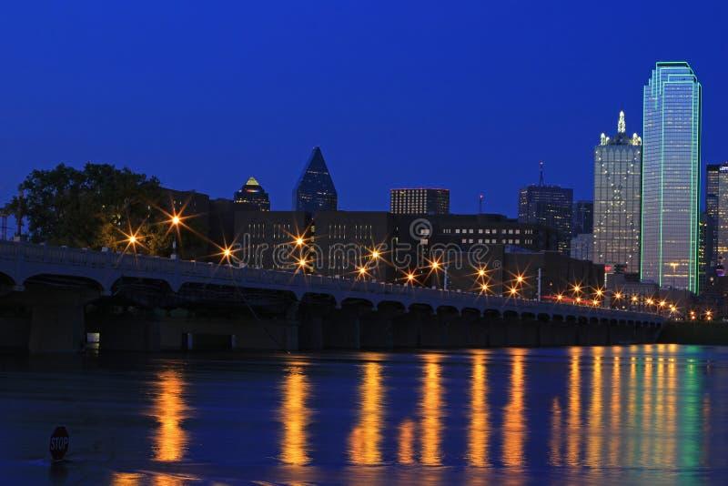 Dallas céntrica: Reflejos de luz de la ciudad en el río Trinity fotos de archivo libres de regalías