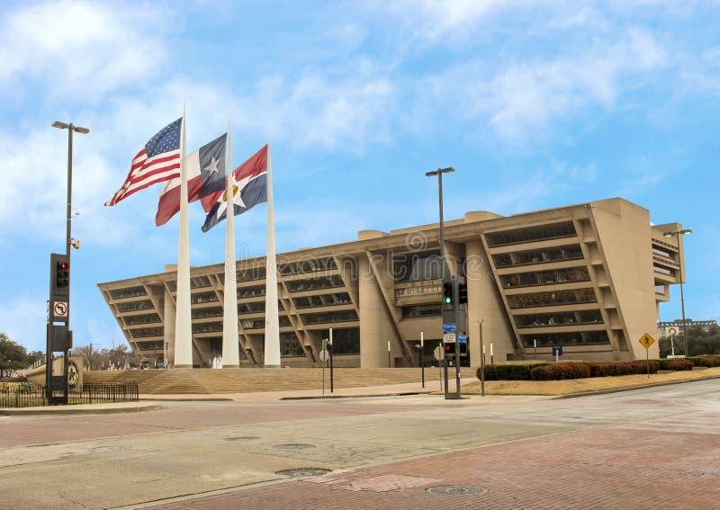 Dallas City Hall met Amerikaan, Texas, en Dallas Flags vooraan royalty-vrije stock afbeeldingen