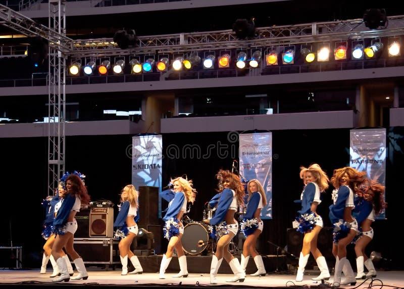 Dallas-Cowboy-Cheerleadern führen durch stockfoto