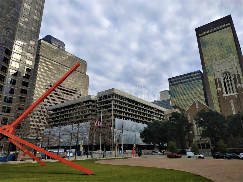 Dallas del centro dall'entrata posteriore del museo di arte immagini stock