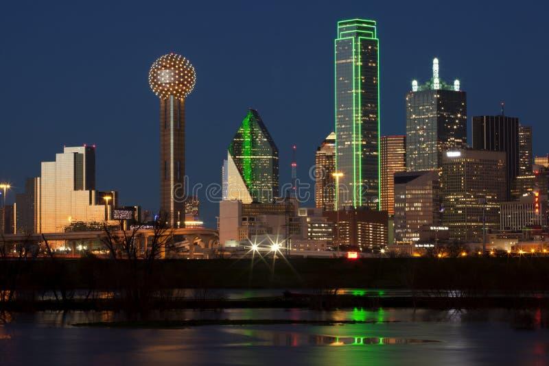 Dallas del centro, il Texas alla notte con il fiume Trinity immagine stock