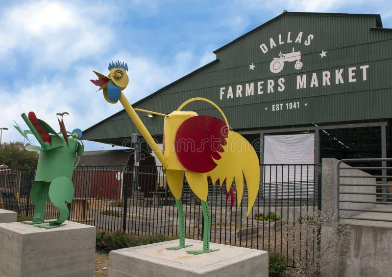 Dallas Farmers Market mit wunderlichem Hahn und Frosch, zwei von sechs Metallskulpturen, Dallas, Texas lizenzfreie stockbilder