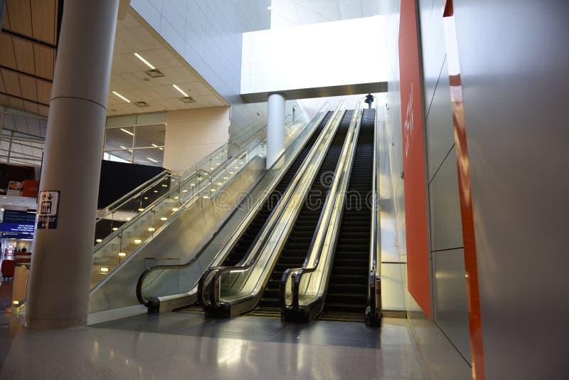 Dallas-fort met een waarde van Internationale Luchthaven, lange bewegende roltrappen royalty-vrije stock foto