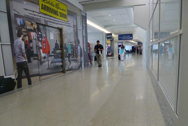 Dallas Fort Worth Airport kunder nära shoppar inom terminalen royaltyfri fotografi
