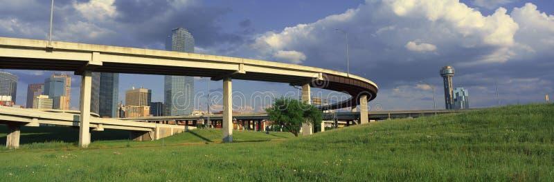 Dallas, horizon de TX de passage supérieur d'autoroute avec la tour de la Réunion images libres de droits