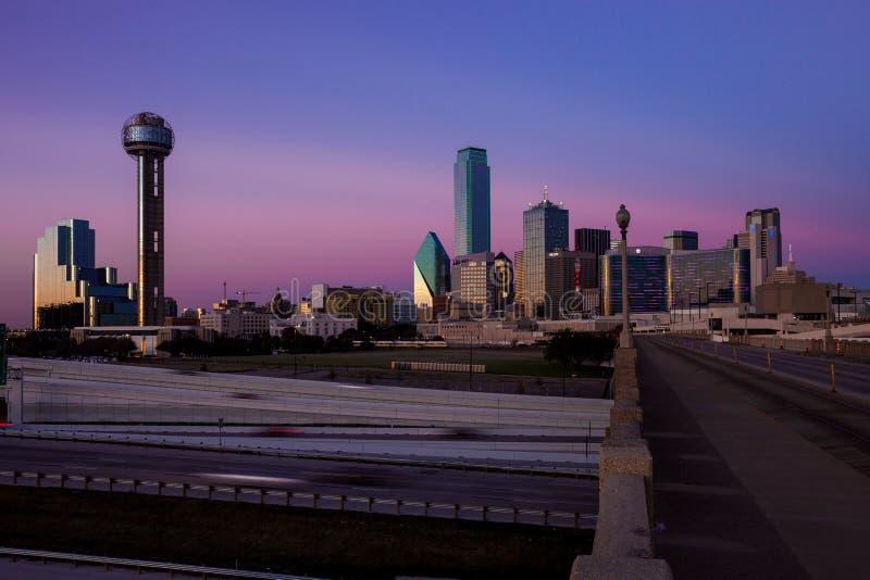 DALLAS, le TEXAS - 10 décembre 2017 - vue de cityskape de Dallas du pont de Houston St Viaduct image libre de droits