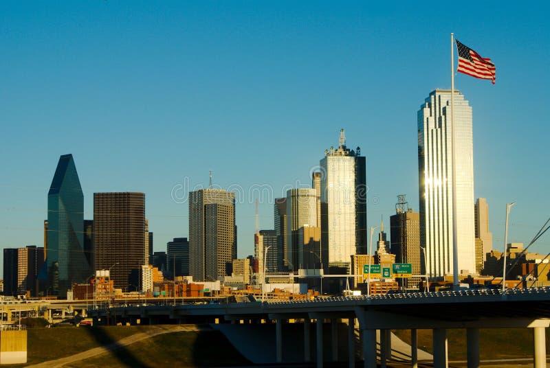 Dallas mit amerikanischer Flagge stockbilder