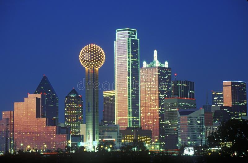 Dallas, orizzonte di TX alla notte con la torre della Riunione fotografie stock libere da diritti