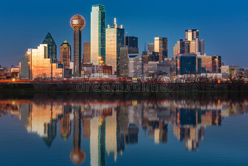 Dallas-Skyline bei Sonnenuntergang stockfotos