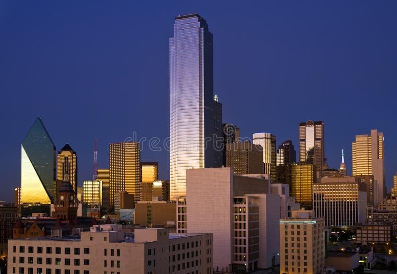 Dallas-Skyline nach Sonnenuntergang lizenzfreie stockbilder