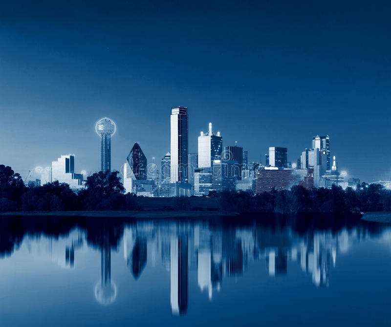 Dallas Skyline Reflection all'alba, Dallas del centro, il Texas, U.S.A. fotografia stock