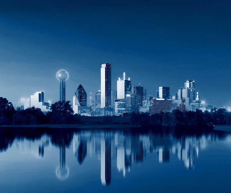 Dallas Skyline Reflection på gryning, i stadens centrum Dallas, Texas, USA arkivfoto