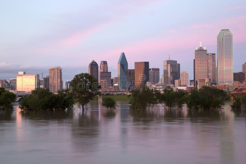 Dallas-Skyline am Sonnenuntergang lizenzfreie stockbilder