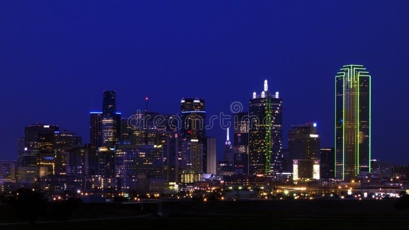 Dallas Skyline van het Westen in eerste duisternis royalty-vrije stock foto's