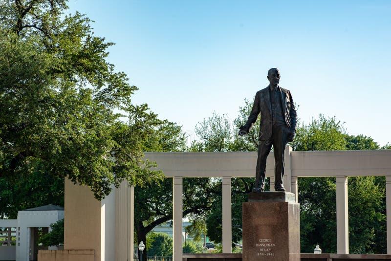 Dallas, Tejas - 7 de mayo de 2018: George Bannerman Dealey Monument en la plaza de Dealey, Dallas, Tejas imagenes de archivo