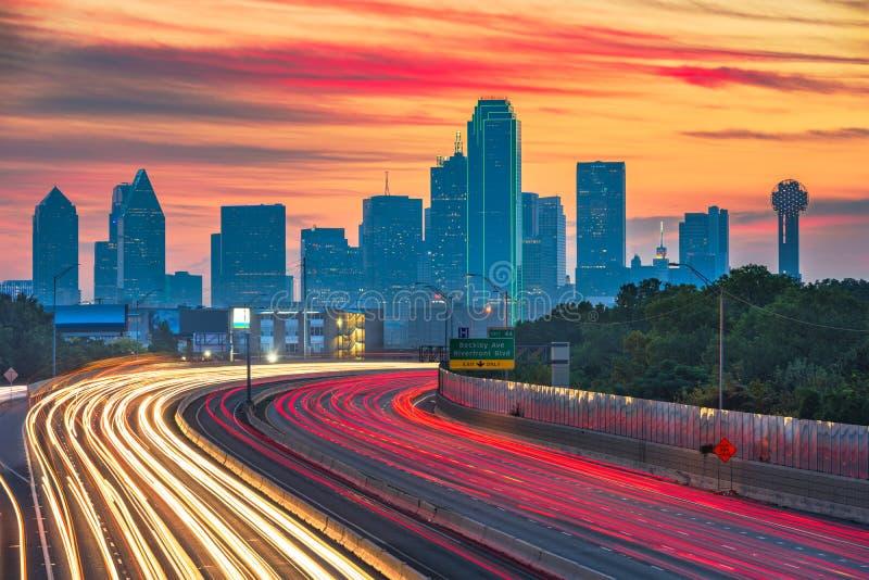 Dallas, Tejas, horizonte céntrico de los E.E.U.U. y carretera imagen de archivo