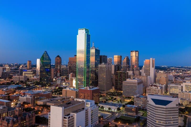 Dallas, Teksas pejzaż miejski z niebieskim niebem przy zmierzchem obrazy stock