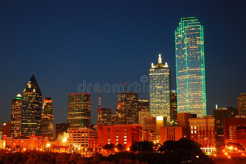 Dallas Texas Skyline gloeit tegen een Schemerhemel stock afbeelding