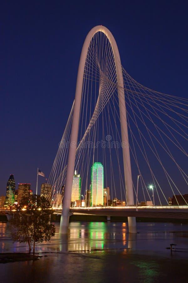 Dallas Texas Skyline med Margaret Hill Hunt Bridge royaltyfri fotografi