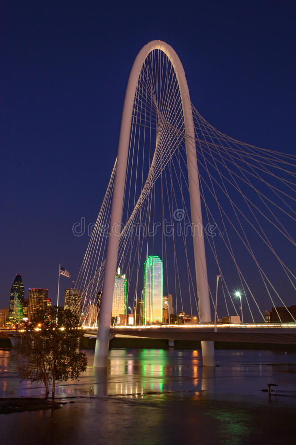 Dallas Texas Skyline met Margaret Hill Hunt Bridge royalty-vrije stock fotografie