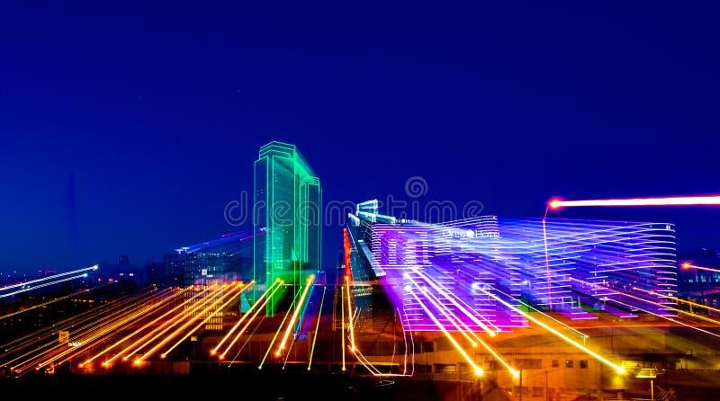 DALLAS, TX - 10. Dezember 2017 - im Stadtzentrum gelegene Dallas-Skyline mit Licht schleppt von den Neon beleuchteten Gebäuden lizenzfreies stockbild