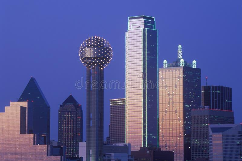 Dallas TX-horisont på natten med mötetornet arkivfoton