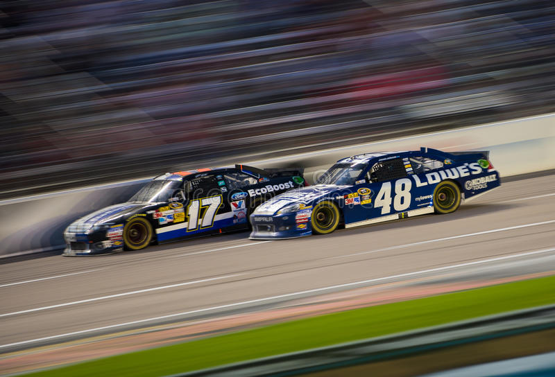 DALLAS TX - NOVEMBER 04: Jimmie Johnson 48 passera Matt Kenseth royaltyfria foton
