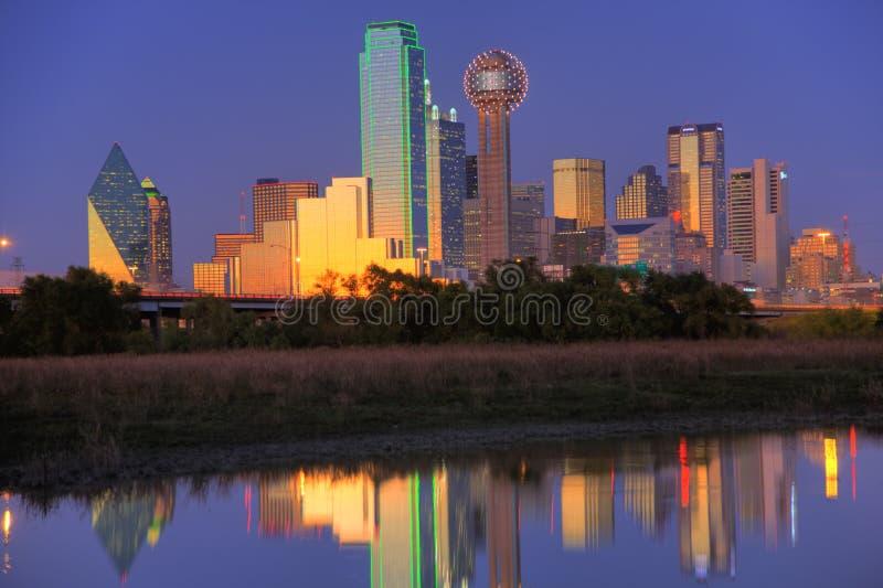 Dallas, TX Skyline an der Dämmerung stockfotos