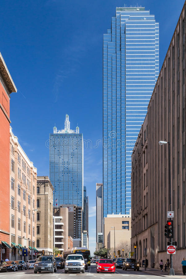 Dallas, TX/USA - cerca do fevereiro de 2016: Rua do olmo em Dallas do centro, Texas imagens de stock