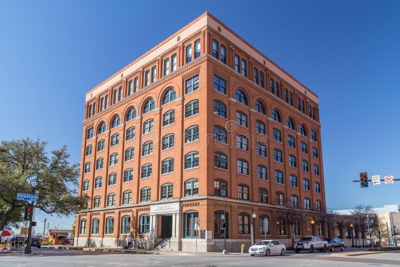 Dallas, TX/USA - cerca do fevereiro de 2016: Sexto museu do assoalho na plaza de Dealey onde Kennedy era tiro imagem de stock