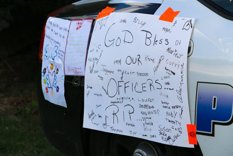 Dallas TX/USA - Juli 2016: Dallas Sniper Attack Aftermath Sympati täckte Dallas Police Car royaltyfri foto