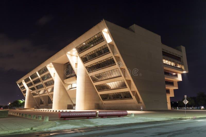 Dallas urząd miasta iluminujący przy nocą obrazy royalty free