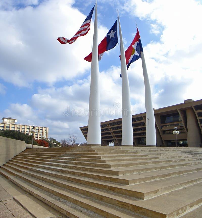 Dallas van de binnenstad met van de stadhuisplein en vlag polen stock foto's
