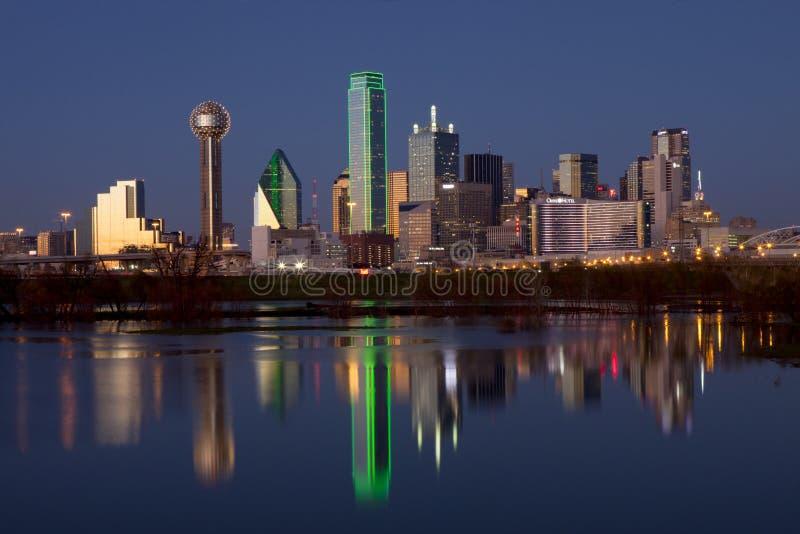 Dallas van de binnenstad, Texas bij nacht met de Drievuldigheidsrivier stock foto