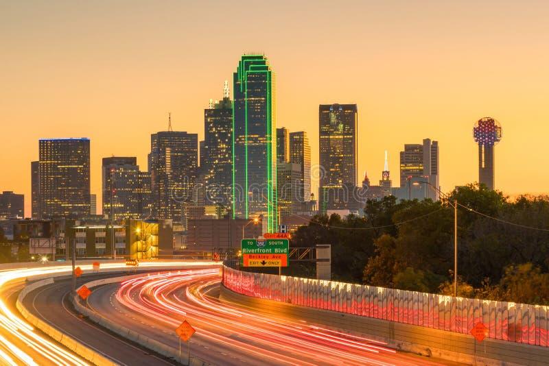 Dallas w centrum linia horyzontu przy zmierzchem, Teksas obrazy stock