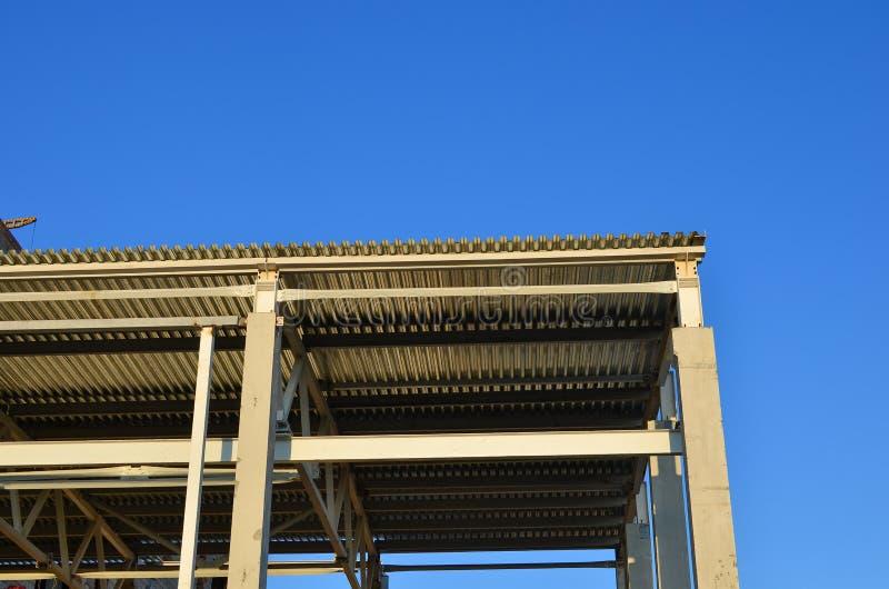 Dalle de colonne de poutre de structure en béton avec la structure matérielle de ciment Intérieur industriel de hangar d'entrepôt images libres de droits
