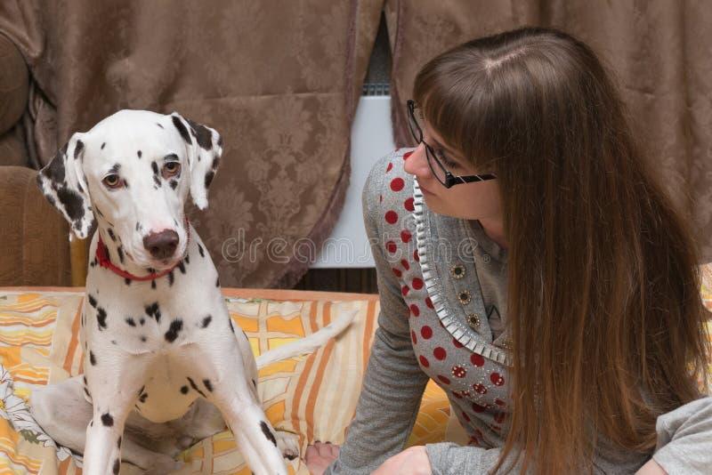 Dalmatian e menina fotografia de stock royalty free