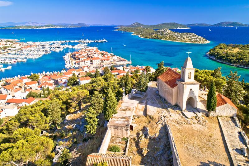 Dalmatinische Stadt von Tribunj-Kirche auf Hügel und überraschender Türkisarchipelvogelperspektive stockfoto