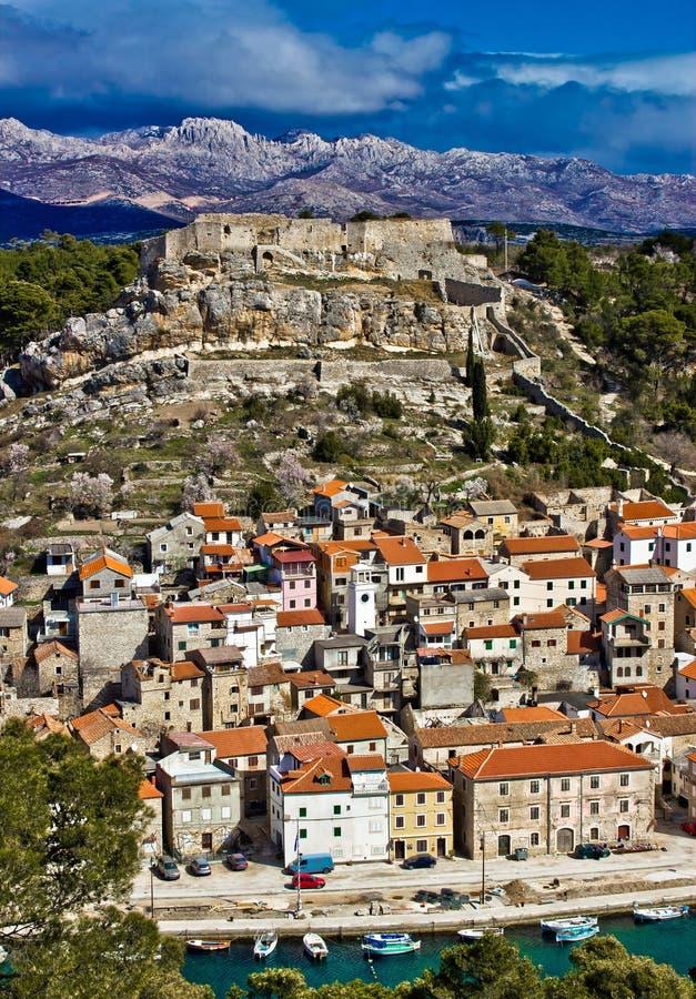 Dalmatinski di Novigrad e montagna di Velebit fotografia stock