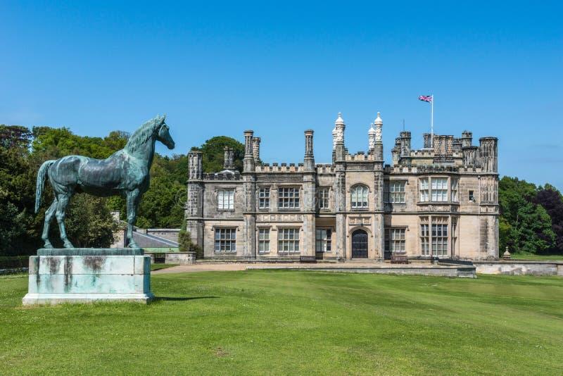 Dalmeny议院和汤姆,爱丁堡,苏格兰国王它的宽草坪的 免版税库存图片