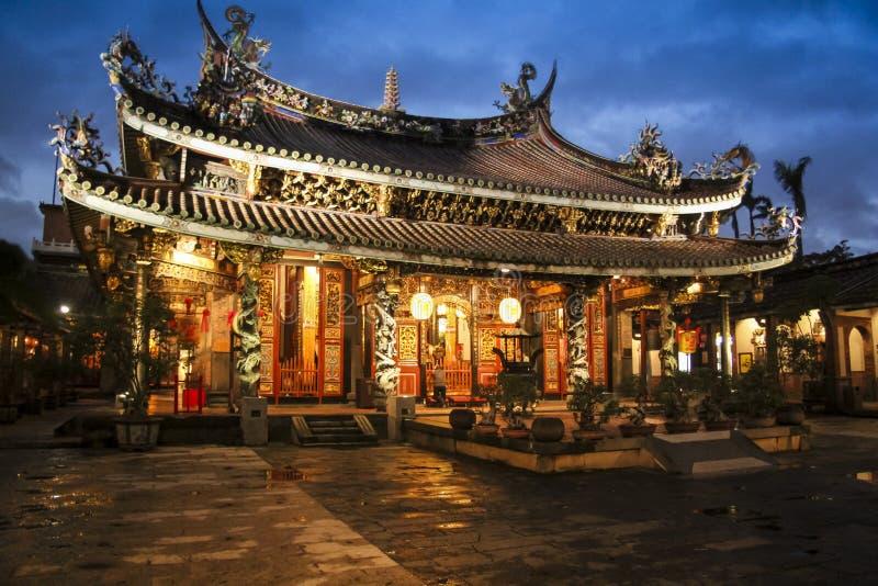 Dalongdong Baoan Temple en la noche lluviosa Tapei Taiwán imágenes de archivo libres de regalías