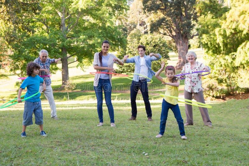 Dalsza rodzina bawić się z hula obręczami fotografia royalty free