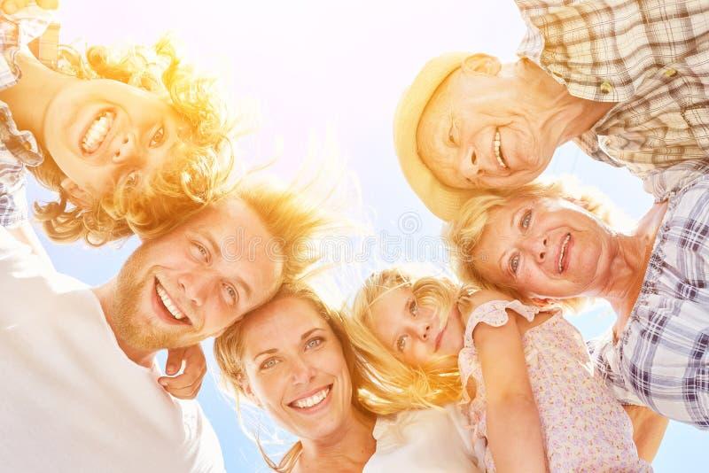 Dalsza rodzina z dziadkami i wnukami zdjęcia stock