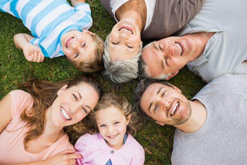 Dalszej rodziny lying on the beach w okręgu przy parkiem fotografia royalty free