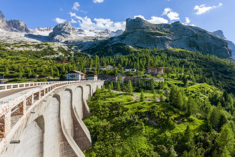 Dam in de bergen - Fedaia-pas - Dolomiet stock foto's