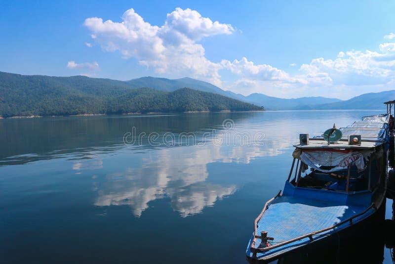 Dam de BHUMIBOL le paysage de lac de bateau et moon de Sun chez Tak Province Thailand photographie stock libre de droits