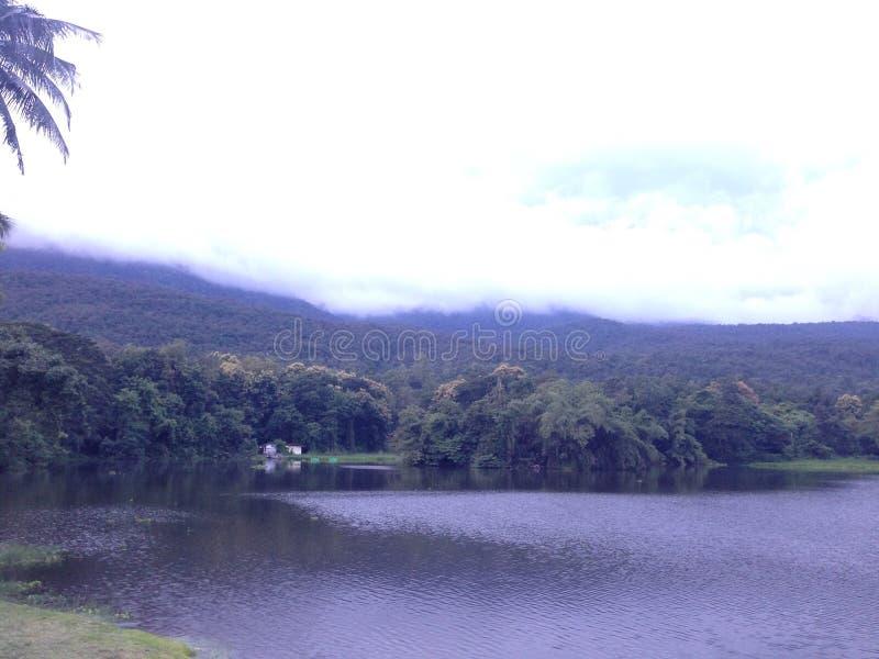 Dam en heuvel stock foto